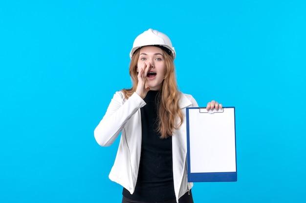 Widok z przodu młoda architektka trzymająca notatkę na niebiesko