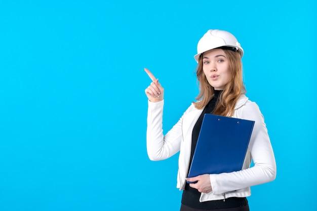 Widok z przodu młoda architektka w białym kasku na niebiesko