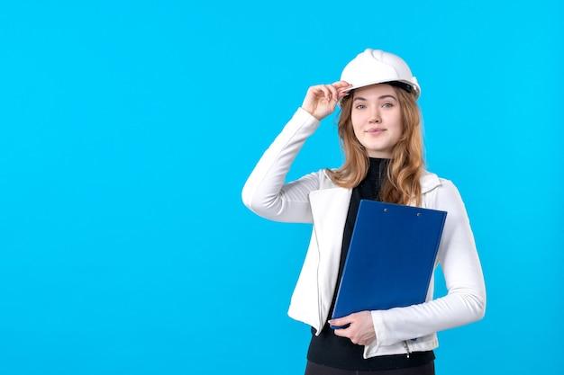 Widok z przodu młoda architektka w kasku na niebiesko