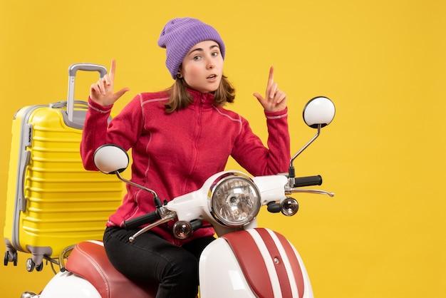 Widok z przodu młoda dziewczyna na motorowerze ze specjalnym gestem ręki