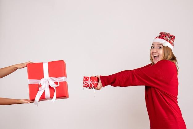 Widok z przodu młoda kobieta akceptująca inny świąteczny prezent od kobiety