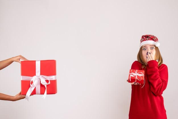 Widok z przodu młoda kobieta coraz inny świąteczny prezent od kobiety