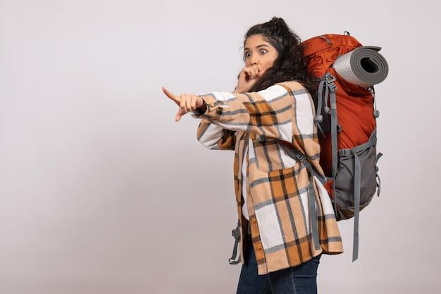 Widok z przodu młoda kobieta idzie na piesze wycieczki na białym tle kampus las natura góra wysokość turystyka powietrze