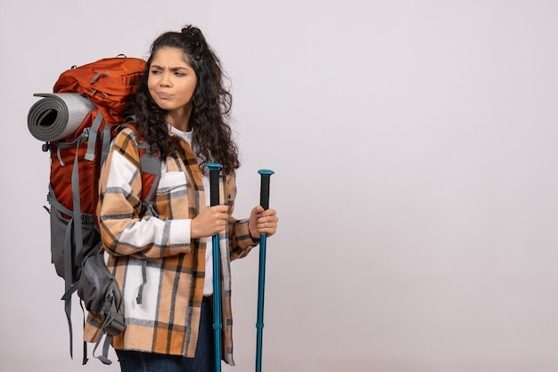 Widok z przodu młoda kobieta idzie na piesze wycieczki na białym tle kampus las natura powietrze góra wysokość turyści