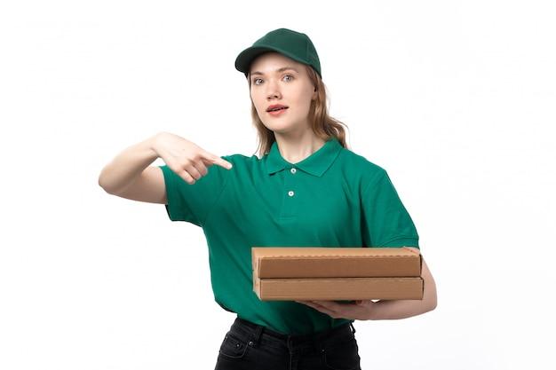 Widok z przodu młoda kobieta kurier w zielonym mundurze, trzymając pudełka po pizzy