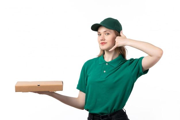 Widok z przodu młoda kobieta kurier w zielonym mundurze uśmiechnięty pakiet gospodarstwa z żywnością pokazujący znak wywołania telefonu