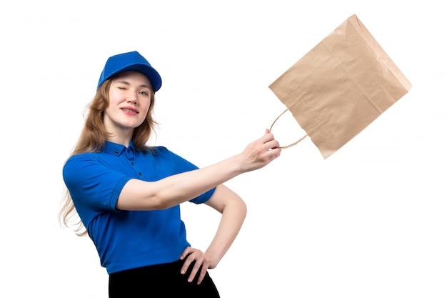 Widok z przodu młoda kobieta kurier żeński pracownik usług dostawy żywności gospodarstwa pakiet mrugając na białym tle