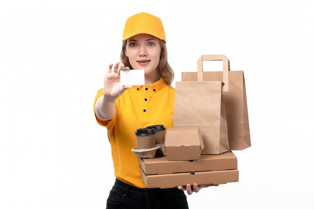 Widok z przodu młoda kobieta kurier żeński pracownik usług dostawy żywności, trzymając pudełka po pizzy filiżanki kawy i białą kartę na białym tle
