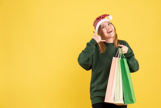 Widok z przodu młoda kobieta po zakupach z pakietami