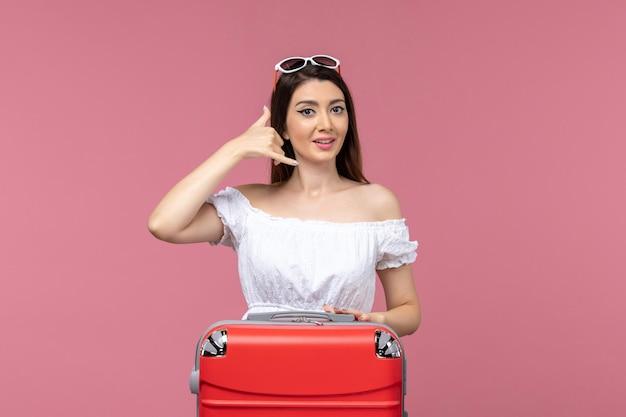 Widok z przodu młoda kobieta przygotowuje się do podróży na różowym tle podróż podróż podróż za granicę podróż morze