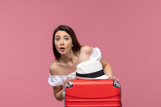 Widok z przodu młoda kobieta przygotowuje się do wakacji na różowym tle podróż podróżująca za granicę podróż morska