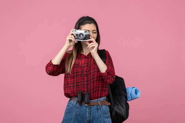 Widok z przodu młoda kobieta robienie zdjęć na różowym tle kolor kobieta człowieka