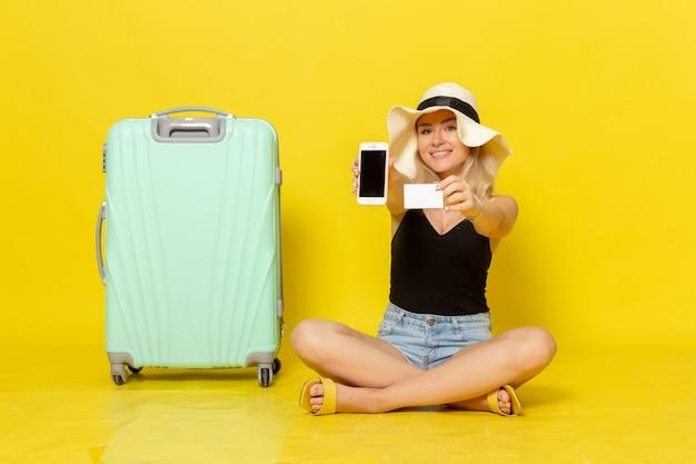 Widok z przodu młoda kobieta trzyma białą kartę i telefon