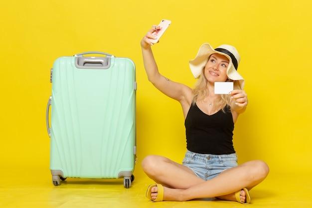Widok z przodu młoda kobieta trzyma białą kartę przy selfie
