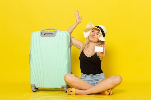 Widok z przodu młoda kobieta trzyma białą plastikową kartę