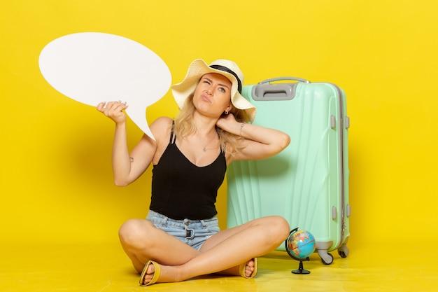 Widok z przodu młoda kobieta trzyma duży biały dymek