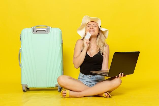 Widok z przodu młoda kobieta trzyma laptopa i kartę