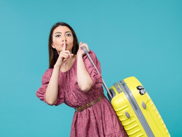 Widok z przodu młoda kobieta udaje się na wakacje ze swoją wielką torbą na jasnoniebieskim tle podróż letnia wycieczka kobieta morska ludzka