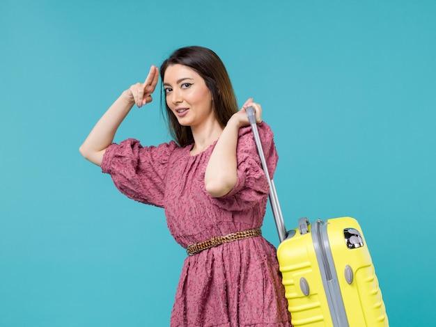 Widok z przodu młoda kobieta udaje się na wakacje ze swoją wielką torbą na niebieskim tle podróż letnia wycieczka kobieta morski człowiek
