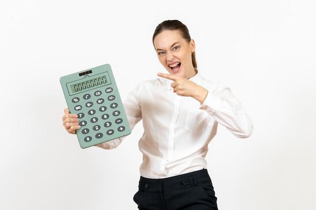 Widok z przodu młoda kobieta w białej bluzce trzymająca duży kalkulator na białym tle pracownik kobiece emocje praca biurowa biały