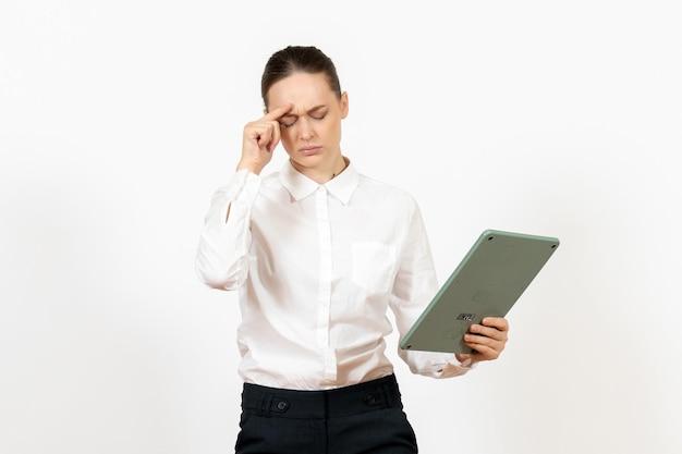 Widok z przodu młoda kobieta w białej bluzce trzymająca ogromny kalkulator na białym tle biuro kobiece emocje uczucia praca