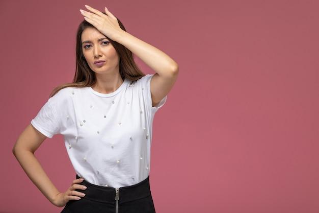 Widok z przodu młoda kobieta w białej koszuli o bólu głowy
