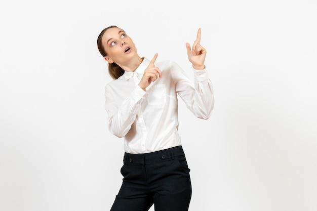 Widok z przodu młoda kobieta w eleganckiej białej bluzce ze zdziwioną twarzą na białym tle kobieta praca biurowa pani pracownica