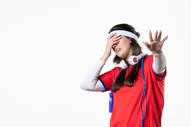 Widok z przodu młoda kobieta w strojach sportowych