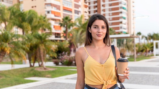 Widok z przodu młoda kobieta z filiżanką kawy