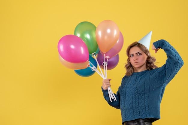 Widok z przodu młoda kobieta z kolorowymi balonami