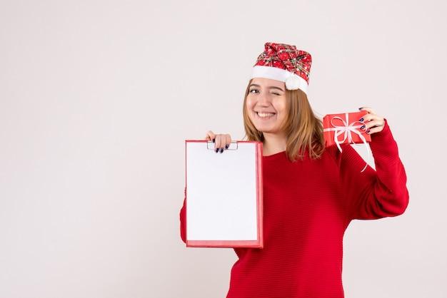 Widok z przodu młoda kobieta z małym prezentem i notatką