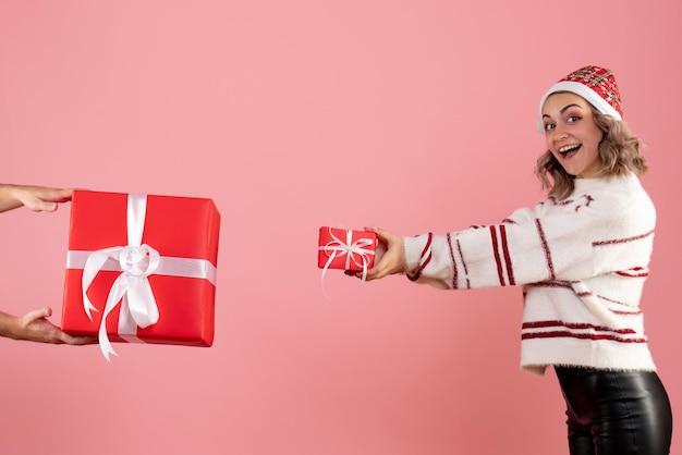 Widok z przodu młoda kobieta z mężczyzną, dając jej inny prezent