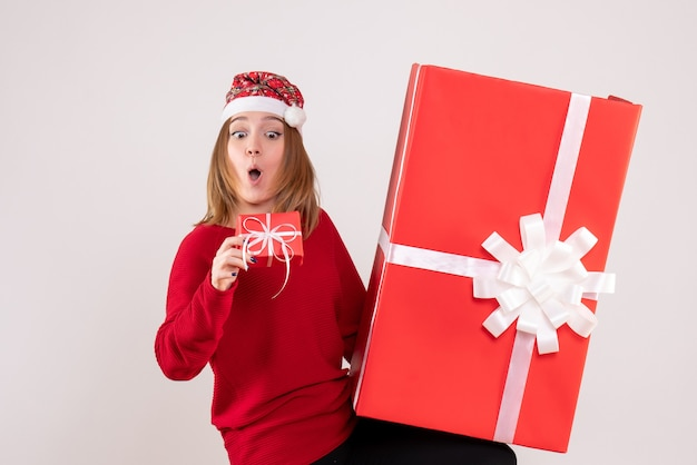 Widok z przodu młoda kobieta z prezentami