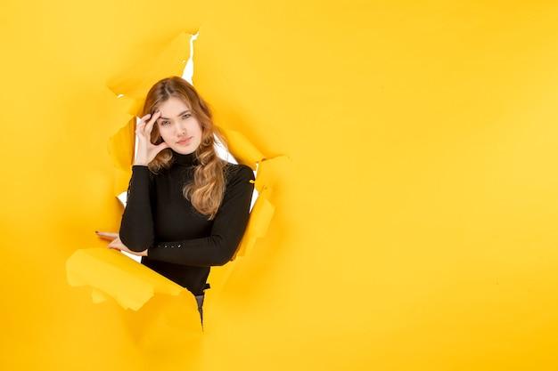 Widok z przodu młoda kobieta zestresowana na żółtej rozdartej ścianie