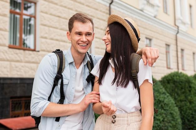 Widok z przodu młoda para podróżujących razem