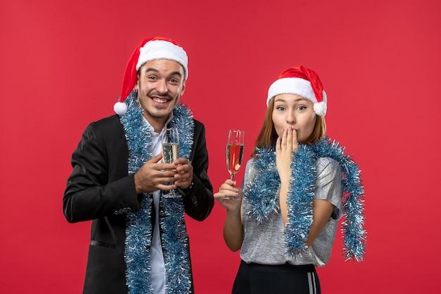 Widok z przodu młoda para świętuje nowy rok na czerwonym biurku kolor miłości boże narodzenie