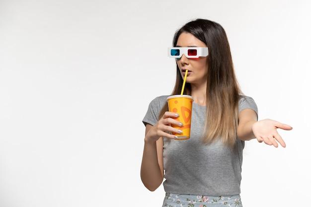 Widok z przodu młode samice sody pitnej d okulary przeciwsłoneczne na białej powierzchni