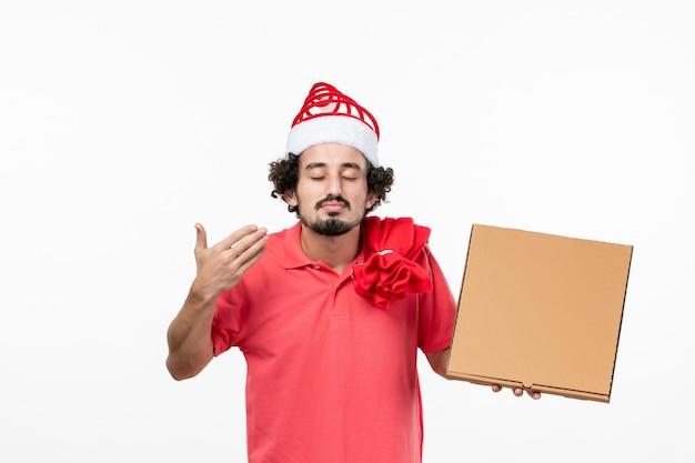 Widok z przodu młodego mężczyzny z pudełkiem na jedzenie na białej ścianie