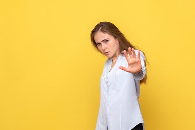 Widok z przodu młodej kobiety proszącej o zatrzymanie