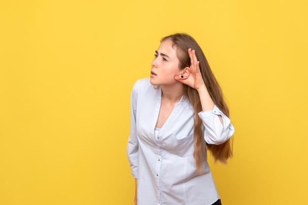 Widok z przodu młodej kobiety słuchającej