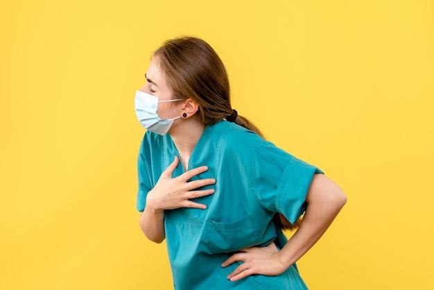 Widok z przodu młodej lekarki mającej problemy z oddychaniem