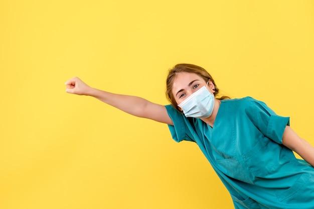 Widok z przodu młodej lekarki pozującej