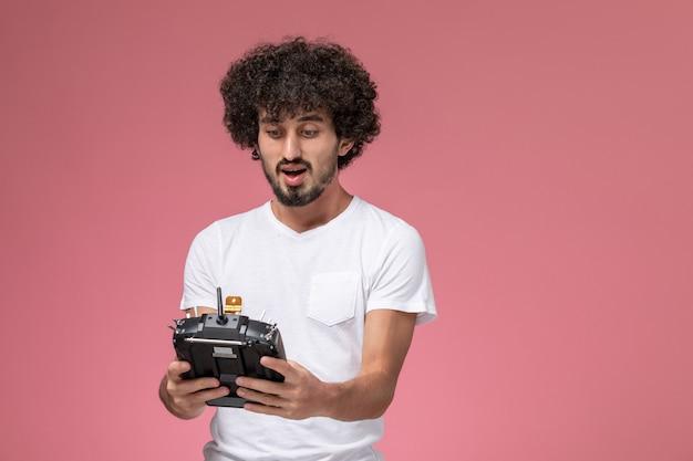 Widok z przodu młody chłopak patrząc na kontroler radiowy innowacji robotów
