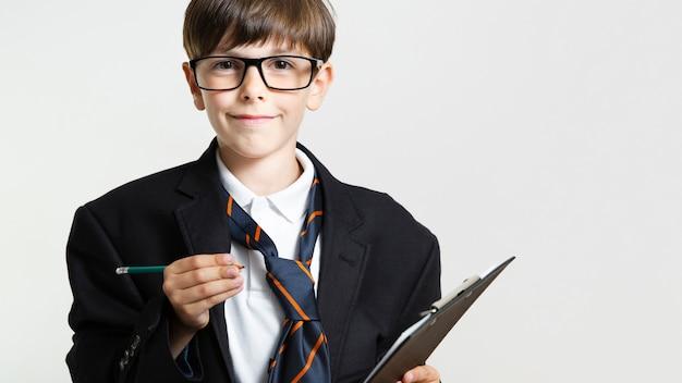 Widok z przodu młody chłopak w garniturze