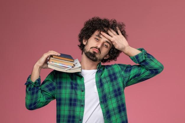 Widok z przodu młody człowiek dostał gorączki z zeszytami