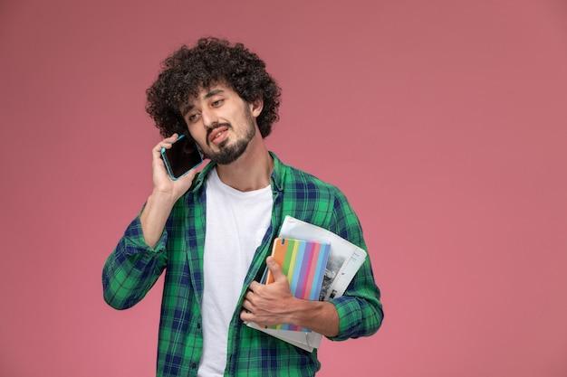 Widok z przodu młody człowiek rozmawia ze swoim przyjacielem z notebookami