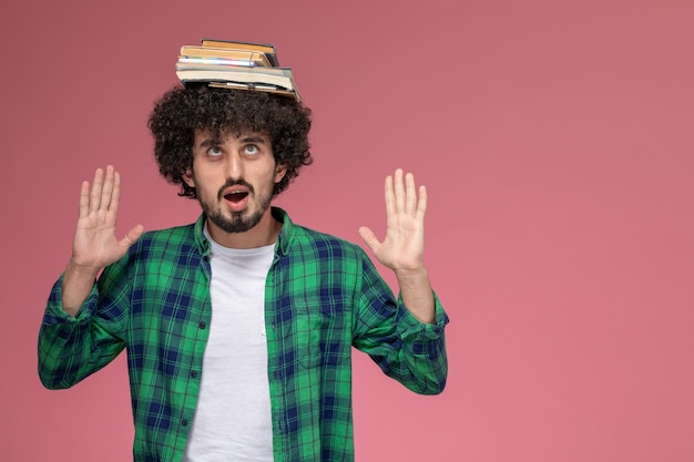 Widok z przodu młody człowiek wariuje z notebookami