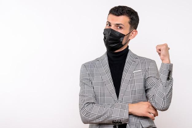 Widok z przodu młody człowiek z czarną maską, wskazując na plecach stojący na na białym tle