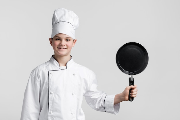 Widok z przodu młody kucharz trzyma patelnię