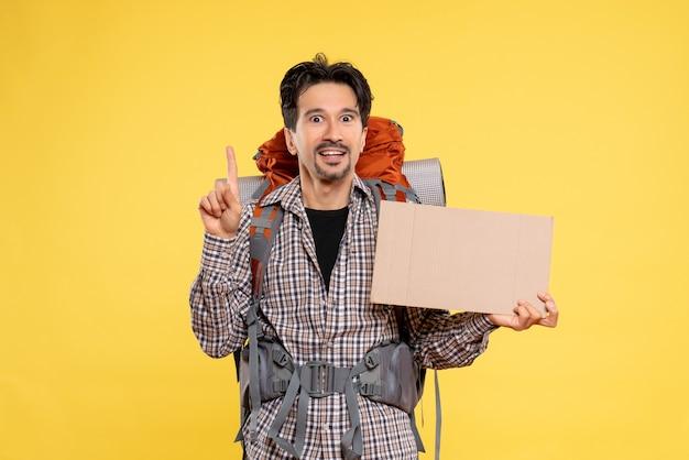 Widok z przodu młody mężczyzna będzie wędrować z plecakiem na żółto